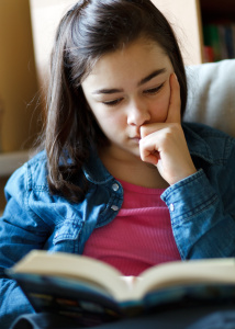 girl_studying_on_couch_12005166_xxl